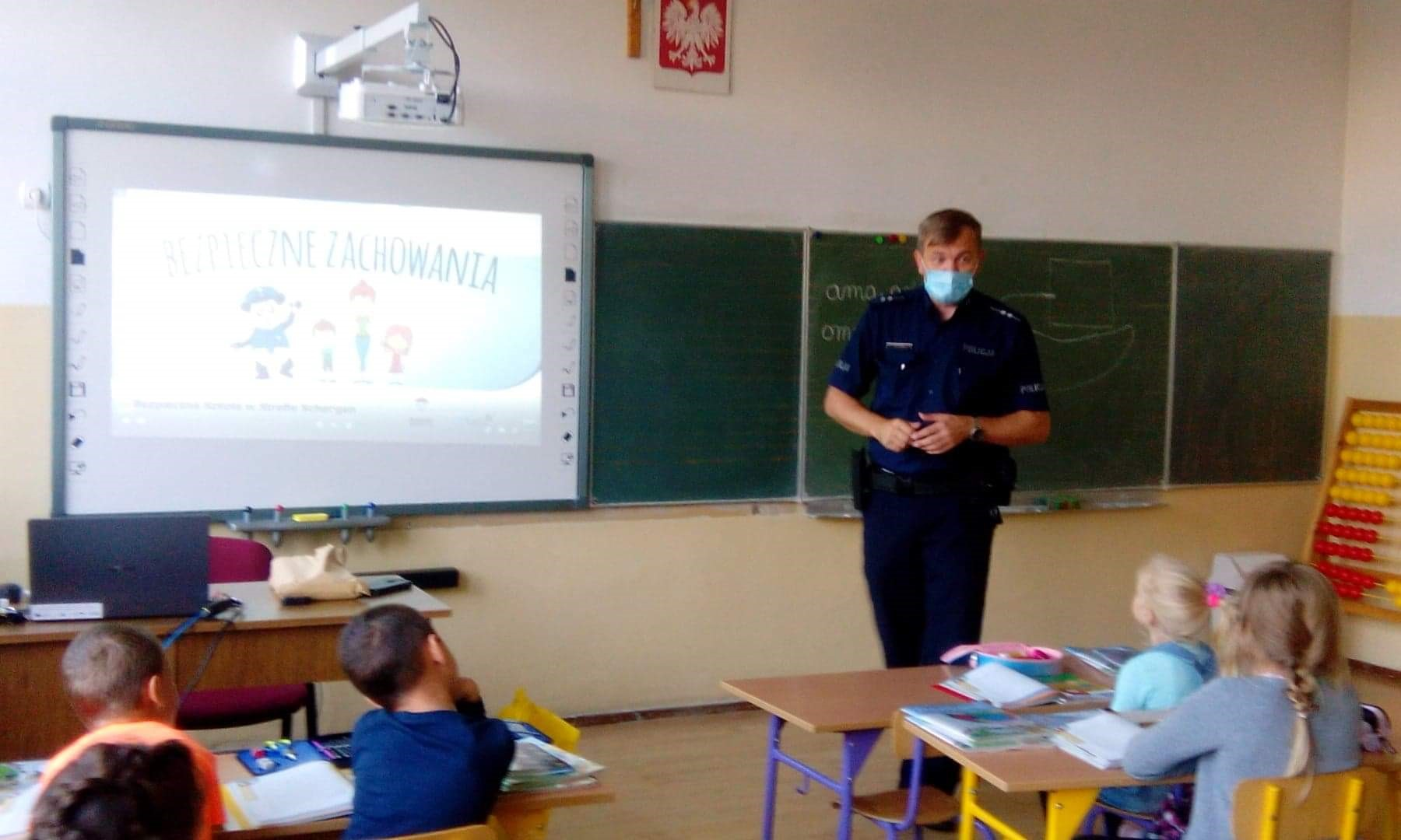 Wizyta policjanta w klasie pierwszej